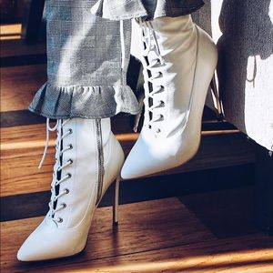 STEVE MADDEN WHITE LEATHER SATISFIED BOOTS